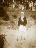 Vie Quotidienne En France Dame Souriante Jeu De Plage Ancienne Photo Amateur 1900