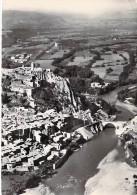 04 - SISTERON :  Vue Aérienne , Vallée De La Durance Ville Et Citadelle - CPSM Dentelée N/B GF - Alpes De Haute Provence - Sisteron