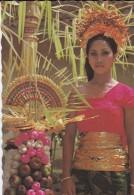 ASIE----INDONESIE--pengantin Wanita Dengan Sesajen Gebogan Dalam .....,bali--voir 2 Scans - Indonésie