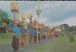 ASIE----INDONESIE--iring -iringan Pembawa Sesajen Untuk Sembahyang Di Pura.bali--voir 2 Scans - Indonesia
