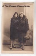 1930 - FEMMES AVEC CHAPEAU ET MANTEAU DE FOURRURE - SAC A MAIN - CARTE PHOTO - Moda