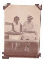 13- Photo Vancances Aout 1929 -entre Kerfany Les Pins Et Le Pouldu -finistere Bretagne Moellan-coin Abimé -femme Bateau - Lieux
