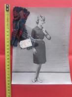 Photographie De Mode Fashion Vintage Années 50/60 Photo Originale Lempereur Gunnar Larsen + échantillon Tissu De La Robe - Vintage Clothes & Linen