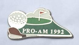 Pin´s PRO AM 1992 - Trophée De Golf - Club Et Balle - Fanion Rouge - Zamac - Coinderoux PRIVILEGE - F546 - Golf