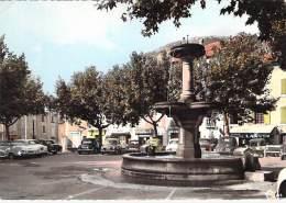 05 - LARAGNE: La Fontaine Et La Place ( Commerces Et Automobiles ) Jolie CPSM Dentelée Colorisée GF 1970 - Hautes Alpes - Andere Gemeenten