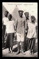 CPA ANCIENNE- AFRIQUE- MAROC- GROUPE DE SENEGALAIS DANS UN CAMP- TRES GROS PLAN-  COSTUMES - Morocco