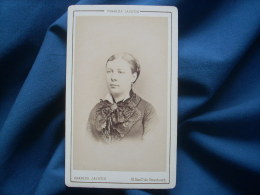 Photo CDV Charles Jacotin à Paris - Portrait Jeune Femme Gros Noeud En Dentelle  Au Col Circa 1880 L263 - Anciennes (Av. 1900)