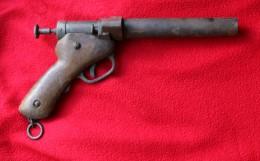 """RARE Pistolet Lance-fusée Allemand Gravé """"Kdtur LILLE """" Sur La Crosse. Epoque ?.. 14/18 ?  1,6kg. - Decorative Weapons"""