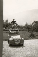 Photo 13 X 9 Cms.  Jeune Homme En équilibre Sur Une 2 CV Citroen Immatriculée 38. - Automobiles