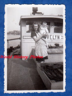 Photo Ancienne Snapshot - Fleuve à Situer - Portrait D´une Bateliere Sur Sa Péniche Evelyn - TOP - Batellerie Bateau - Bateaux