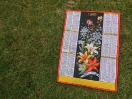 Torchon Calendrier 1985-  Fleurs  Lis Etc... Vintage - Publicité