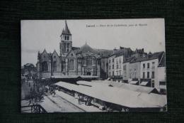 LAVAL - Place De La Cathédrale, Jour De Marché - Laval