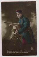 Soldat Relisant Une Lettre Près De Sa Mitrailleuse - Guerre 1914-18