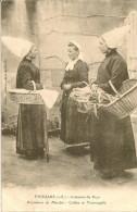 THOUARS (Deux Sèvres) Costumes Du Pays Paysannes Au Marché : Coiffes Et Tourangelles - Thouars