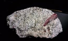 Rubis Dans Pegmatite A Biotite - Mineralen