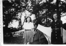 """2 Photo Originale """"chantier De Jeunesse Ou Scoutisme"""" Jeune Femme En Uniforme, Tente Sommaire (52.58) - Scoutisme"""