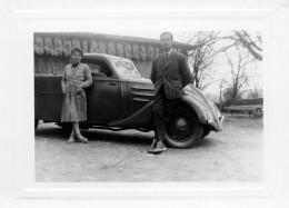 Photo De Deux Personnages Devant Une Fourgonnette, Tresses De Maïs Séchant Sous Le Auvent (52.59) - Cars