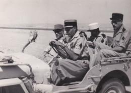 PHOTO Dentelée (11 X 8, Cm) - JEEP Dans Le Désert Avec Un Général Et Un Légionnaire à L' Arrière  // TBE - Krieg, Militär