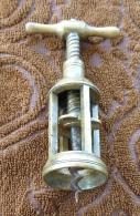 Tire Bouchon Ancien Italien Typique En Laiton Avec Mécanisme à Vis Et Structure à Quatre Colonnes XIXème Siècle - Bottle Openers
