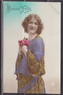 """= Carte Postale Un Bouquet De Fleurs Pour Une """"Bonne Fête"""" Tenue Par Une Femme - Autres"""