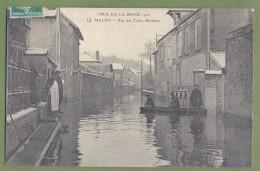 CPA - SEINE ET MARNE - MELUN - CRUE DE LA SEINE 1910 - RUE DES TROIS MOULINS - Belle Animation, Barque -  ELD / 12 - Melun