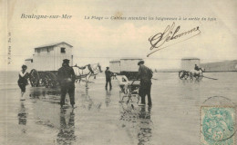 BOULOGNE SUR MER.La Plage, Cabines Attendant Les Baigneuses à La Sortie Du Bain - Boulogne Sur Mer