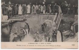 L´ORAGE DU 15 JUIN A PARIS  PENDANT LA NUIT ON RECHERCHE LES VICTIMES  PLACE SAINT PHILIPPE DU ROULE - France