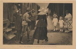 Das Kaiserpaar Am Bahnhof, Von Den Kindern Erwartet. Nr. 7, Karte Für Rotes Kreuz (Red Cross) - Royal Families - Königshäuser