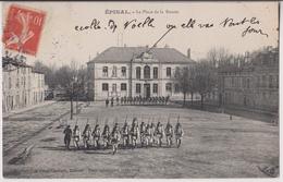 EPINAL : PLACE DE LA BOURSE - DEFILE - PARADE MILITAIRE - ECRITE 1907 - 2 SCANS - - Epinal