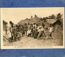 DAHOMEY - KOTONOU - LES NOIRS DANS LEUR VILLAGE - Dahomey
