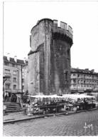CAEN - Tour De Guillaume Le Roy, Reste Des Anciens Remparts - Jour De Marché - Caen
