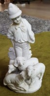 Le Berger Et Ses Moutons - Statuette En Biscuit De Germany Faite En 1914 - Tête Recollé - Ceramica & Terraglie