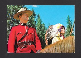 POLICE - AN OFFICER OF ROYAL CANADIAN MOUNTED SITS HIS HORSE BESIDE A CANADIAN INDIAN CHIEF IN FULL HEAD DRESS - Police - Gendarmerie