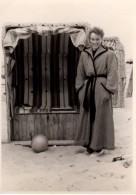 Photo Originale Plage Et Maillot De Bain - Une Femme Devant Sa Cabine En Peignoir Après Le Bain & Ballon - Métiers