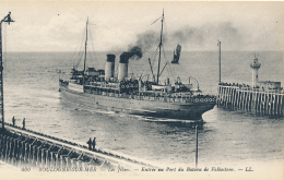 BOULOGNE-SUR-MER. - Les Jetees. - Entree Au Port Du Bateau De Folkestone. - LL. # 400 - (Steamship, Lighthouse, Wharf) - Boulogne Sur Mer