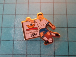 PIN1415b Pin´s Pins /      SPORT : FOOTBALL MAUDIT BARCELONE JEUX OLYMPIQUES 1992   INSCRIPTION AU DOS ,  Voir Photo N°2 - Giochi Olimpici