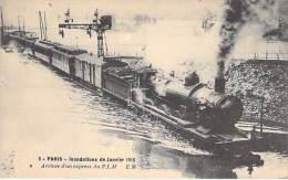 PARIS - INONDATIONS DE 1910 - Crue De La Seine :  Arrivée D'un ( Train ) Express Du PLM ( Train En Bon 1er Plan ) - CPA - Alluvioni Del 1910