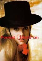 Reproduction D'une Photographie De La Belle Catherine Deneuve Avec Un Chapeau Noir Espagnol - Reproductions