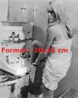 Photographie De La Belle Catherine Deneuve Avec Un Pied Dans Un Lavabo - Reproductions
