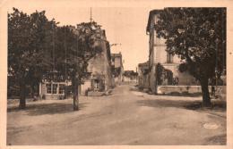 84 GORDES PLACE DU CHATEAU ET ROUTE DE MURS CIRCULEE 1947 - Gordes