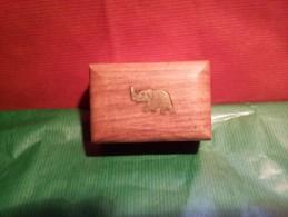 """TRES BELLE BOITE INDIENNE EN BOIS EXOTIQUE BEAU MOTIF LAITON """" ELEPHANT """" - Asian Art"""