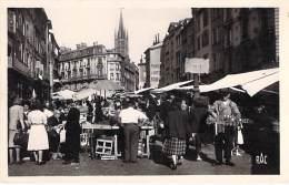 MARCHES  - 87 LIMOGES : Marché Place Des Bancs ( Vendeur Ambulant En 1er Plan ) CPSM Photo Noir Blanc PF - Haute Vienne - Marktplaatsen