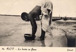 EN A.O.F. LA LESSIVE AU FLEUVE (FEMME SEINS NUS) - Afrique Du Sud, Est, Ouest
