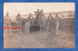 CPA Photo - Sur Le Front De VERDUN ? - Portrait De Poilu à L'entrée D'un Abri Ou D'un Tunnel - Voir Uniforme - WW1 - War 1914-18