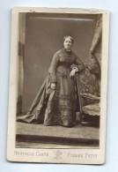 Ancienne PHOTO Circa 1870 De Pierre PETIT, Place Cadet à PARIS (75): FEMME De La Bourgeoisie MODE, TOILETTE - Photos