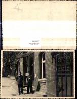 288796,Foto Postwesen Briefträger Postbote M. Mann V. Haus Gebäude Post - Post & Briefboten