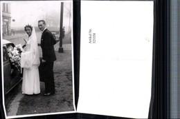 323358,Foto AK Hochzeit Brautpaar Brautkleid Schleier Brautstrauß Auto - Hochzeiten