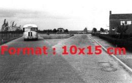 Reproduction D'une Photographie D'un Ancien Bus Saurer Roulant Sur Une Route Pavée En 1947 - Reproductions