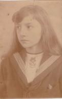 Photo Ancienne /carte Photo Beau Portrait En Gros Plan D'une Jeune Fille En Habit à Col Marin , Sépia , Signée Au Dos - Persone Identificate