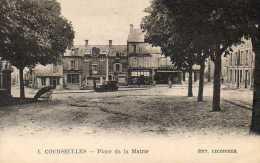 CPA - COURSEULLES (14) - Aspect De La Place De La Mairie, De La Boulangerie Et De La Boucherie Dans Les Années 20 - Courseulles-sur-Mer